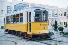 里斯本, 2018年6月18日:在古板的传统葡萄牙黄色电车的一个原始和地道街道咖啡馆 免版税库存照片