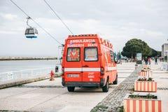 里斯本, 2018年4月25日:在城市街道上的一辆救护车 紧急帮助 救护车服务112 图库摄影