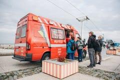里斯本, 2018年4月25日:在城市街道上的一辆救护车 紧急帮助 救护车服务112 免版税库存图片