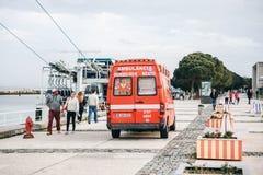 里斯本, 2018年4月25日:在城市街道上的一辆救护车 紧急帮助 救护车服务112 库存图片