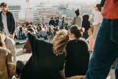 里斯本, 2018年5月01日:地方人、游人和移民的许多青年人是a的城市监视平台的 免版税库存照片