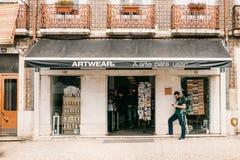 里斯本, 2018年6月18日:艺术衣裳和纪念品地道商店  在商店里面的人们 附近在那里街道上 免版税库存照片