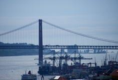 里斯本-桥梁25 avril和船坞在晚上 免版税库存图片