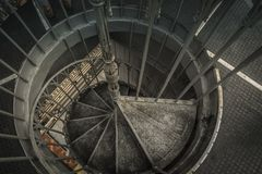 里斯本/葡萄牙- 2018年2月17日:螺旋金属楼梯 免版税库存图片
