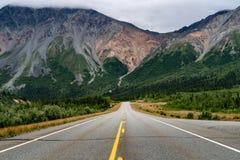里查森高速公路的看法在三角洲连接点阿拉斯加附近的 空 库存图片