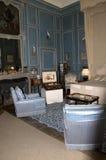 里氏古堡蓝色被镶板的卧室 库存图片