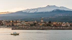 里波斯托小游艇船坞在日落期间的;火山Etna在背景中 免版税库存照片