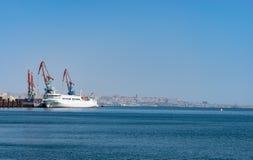 里海送货公司的海船为装载和卸载操作使用在巴库,阿塞拜疆海口  免版税库存图片
