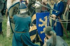 里特WEG, MOROZOVO, 2017年4月:欧洲中古的节日 中世纪马上枪术比赛在盔甲和锁子甲争斗授以爵位  库存图片