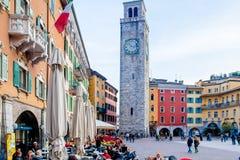 里瓦德尔加尔达广场三11月和Apponale塔意大利 免版税库存照片