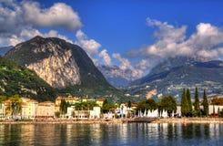 里瓦德尔加尔达镇和Garda湖秋天时间的,特伦托自治省女低音阿迪杰 库存图片