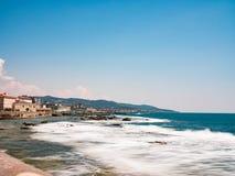 里窝那,由海岸的意大利与波浪 图库摄影