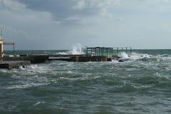 里窝那,风大浪急的海面 免版税库存图片
