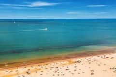 里米尼海滩鸟瞰图与人、船和蓝天的 暑假概念 免版税库存图片