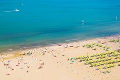 里米尼海滩鸟瞰图与人和大海的 暑假概念 免版税图库摄影