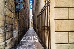 里米尼狭窄的街道  库存图片