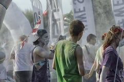 里米尼颜色奔跑的参加者在种族期间的 免版税库存图片
