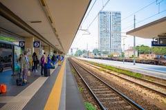 里米尼,意大利- 13 05 2018年:在火车站平台的人等待的火车在里米尼,意大利 免版税库存照片