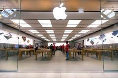 里米尼,意大利- 2015年12月18日:位于商店的苹果计算机商店 免版税库存照片