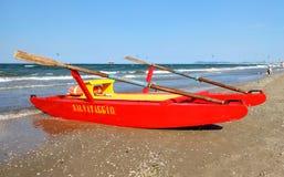 里米尼-在海滩的救助艇 库存图片