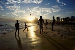 里约海滩演奏Altinho的橄榄球巴西人 库存照片