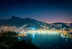 里约热内卢和瓜纳巴拉湾有科尔科瓦多湾山的在晚上-里约热内卢,巴西鸟瞰图  库存照片