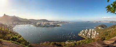 里约热内卢和瓜纳巴拉湾有科尔科瓦多湾山的-里约热内卢,巴西全景鸟瞰图  免版税库存图片