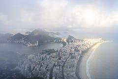 里约热内卢在云彩的` s Ipanema海滩 免版税图库摄影