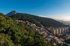 里约热内卢山和Favela和Corcovado 库存图片