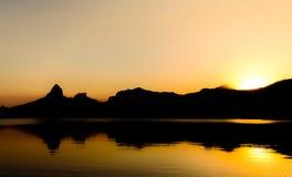 里约热内卢日落美丽的景色在山后的在罗德里戈de弗雷塔斯Lake 免版税库存照片