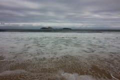 里约热内卢有风大浪急的海面在一宿酒天 库存图片