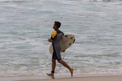 里约热内卢有风大浪急的海面在一宿酒天 免版税图库摄影
