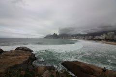 里约热内卢有风大浪急的海面在一宿酒天 免版税库存照片