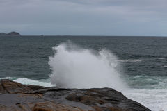 里约热内卢有风大浪急的海面在一宿酒天 免版税库存图片