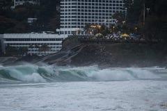 里约热内卢有风大浪急的海面在一宿酒天 库存照片