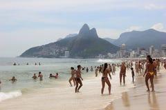 里约热内卢的海滩在狂欢节的前夕拥挤 库存照片