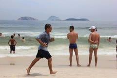 里约热内卢的海滩在狂欢节的前夕拥挤 免版税库存图片