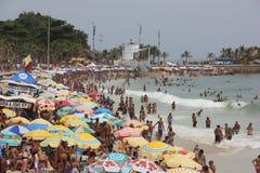 里约热内卢的海滩在狂欢节的前夕拥挤 免版税库存照片