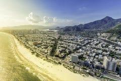 里约热内卢,巴拉岛da Tijuca有日落光鸟瞰图 图库摄影