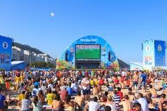 里约热内卢-6月15日:人在国际足球联合会爱好者费斯特的手表比赛 库存照片