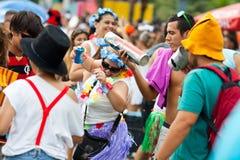 里约热内卢- 2月11 : 妇女在自由的人民的加州跳舞 免版税库存照片