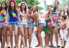 里约热内卢- 2月11 : 摆在和跳舞在自由的妇女 免版税图库摄影