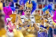 里约热内卢- 2月11 : 服装唱歌和danci的一个人 免版税库存照片