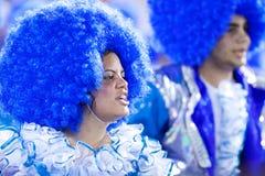 里约热内卢- 2月11 : 服装唱歌的一个妇女和人 免版税库存图片