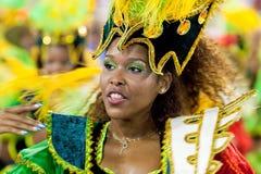 里约热内卢- 2月11 : 服装唱歌的一名妇女和丹 免版税库存图片