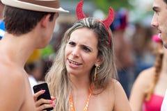 里约热内卢- 2月11 : 聪明的衣服乐趣的一名妇女在fre 库存照片