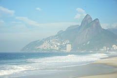 里约热内卢Ipanema海滩地平线两兄弟山巴西 库存图片