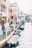 里约马林运河的看法有小船和长平底船的从蓬特de la Bergami在威尼斯,意大利 威尼斯是普遍的游人des 库存照片