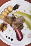 里脊肉有辣椒酱、水煮的土豆和两个不同蔬菜泥3top视图 免版税库存图片