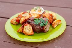 里脊肉牛排用煎蛋和土豆 库存图片